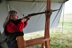 Sannie Hinrichsen med en Remington 1867
